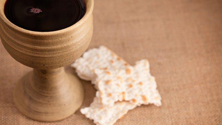 Doit-on servir la Cène avec du vin dans une coupe commune et du pain azyme ?