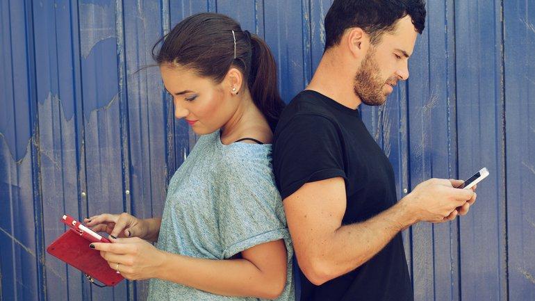 """Les réseaux sociaux sont-ils """"dangereux"""" pour un couple ?"""