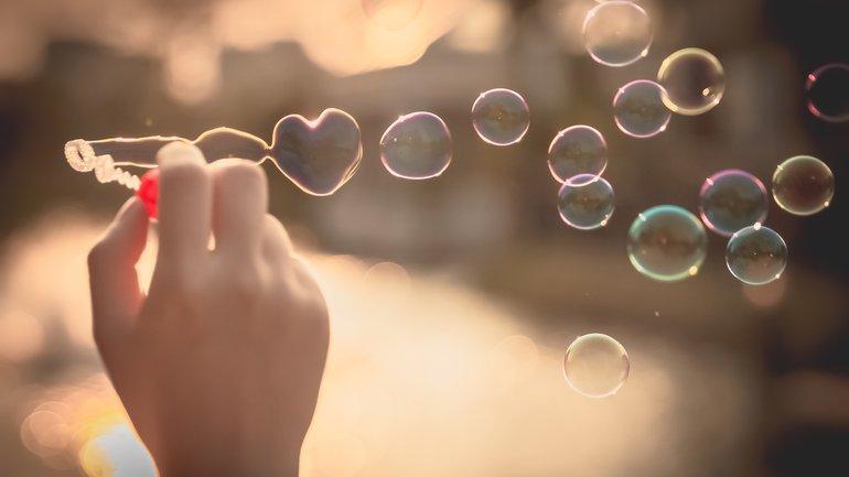 Est-ce que l'Amour peut être confiné ?