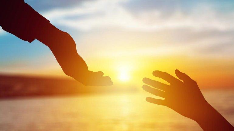 L'Eternel nous prend la main et nous relève
