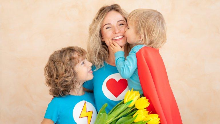 Maman : fabricante de héros