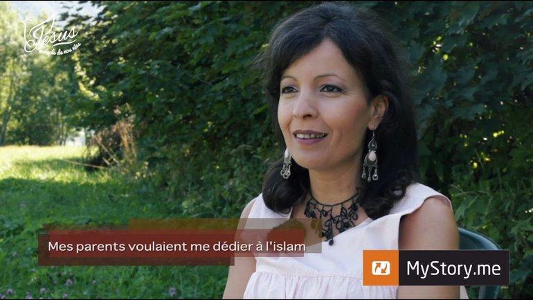 """MyStory - Aisha E. : """"Mes parents voulaient me consacrer à l'islam"""""""