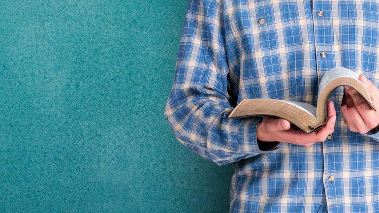 Un homme, une bible, et son Dieu…
