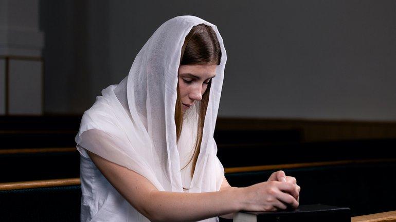 Une chrétienne doit-elle se couvrir la tête quand elle prie ?